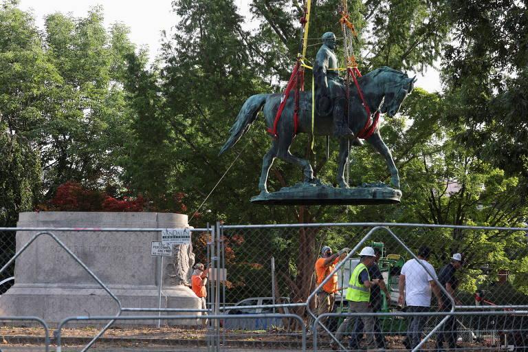 Veja imagens da remoção de estátua confederada