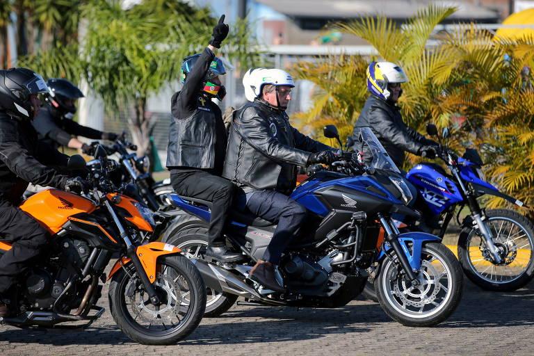 Jair Bolsonaro faz motociata com apoiadores em Porto Alegre