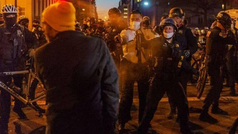 Membros do Proud Boys entraram em confronto com a polícia e com outros manifestantes durante protestos que ocorreram em dezembro de 2020 na capital, Washington