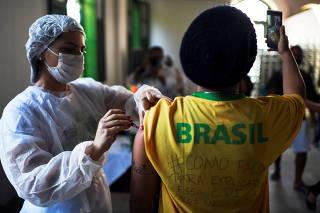 Mass vaccination among population on Ilha Grande island