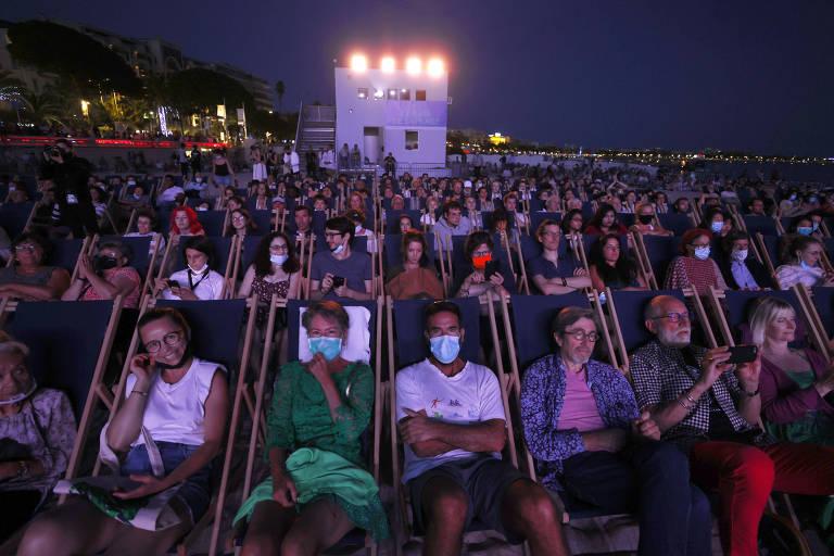 Público assiste a exibição de filme na praia durante o Festival de Cannes de 2021