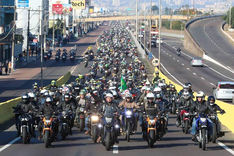 Jair Bolsonaro faz motociata com apoiadores em Porto Alegre, no dia 10 de julho
