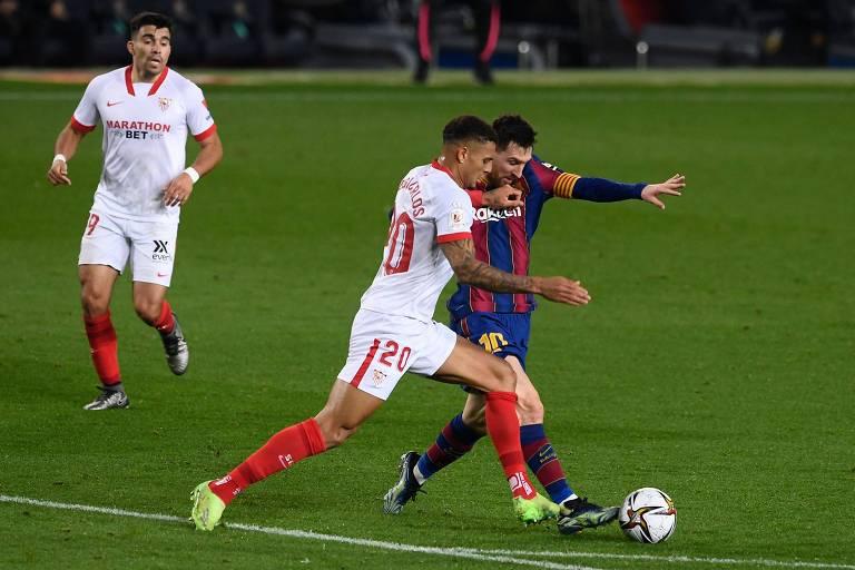 Diego Carlos marca Lionel Messi em partida válida pela Copa do Rei