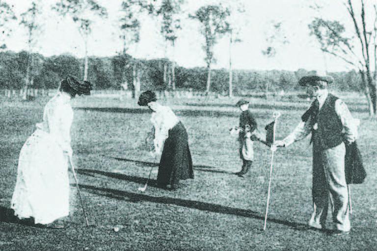 Mulheres competem no torneio de golfe dos Jogos de Paris, em 1900, quando elas foram autorizadas pelo Comitê Olímpico Internacional