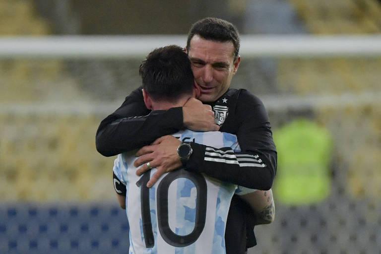 Lionel Scaloni abraça Lionel Messi após a conquista do título da Copa América