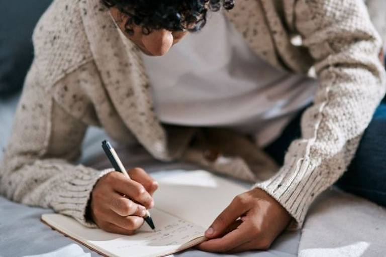Você pode escrever em um caderno no começo do dia ou antes de dormir