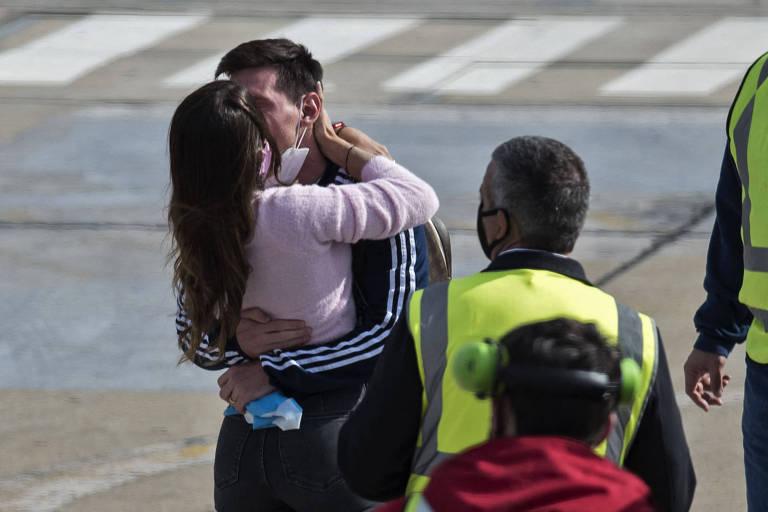 Casal se beija em pista de aeroporto