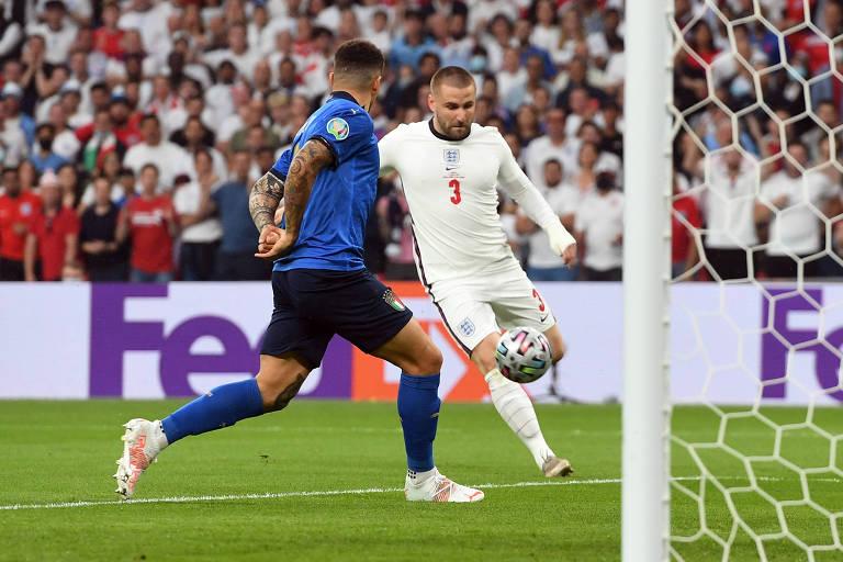 Luke Shaw segundos antes de abrir o placar para a Inglaterra em Wembley
