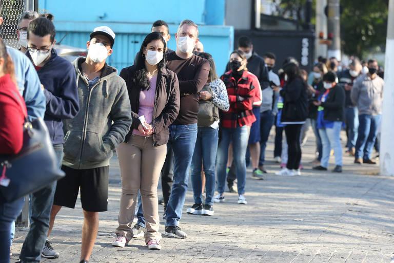 Pessoas formam fila para se vacinarem na UBS Dr. Sigmund Fraud, zona sul de São Paulo