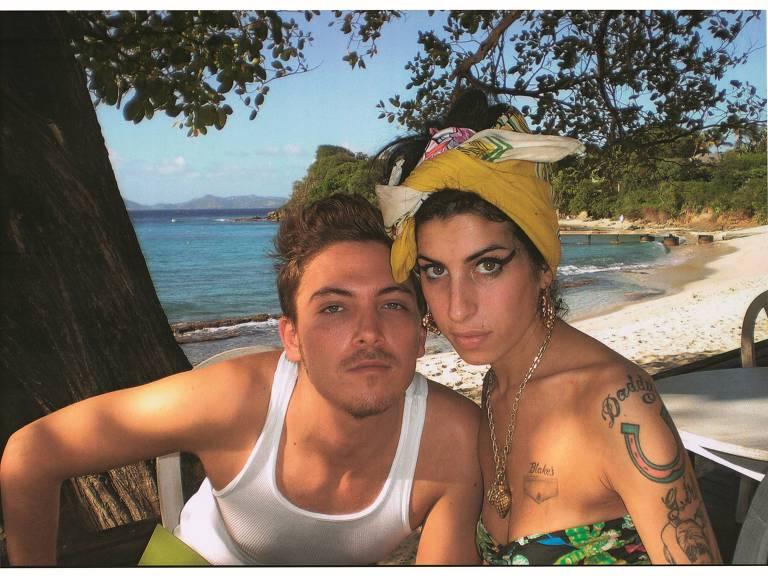 amy posa com amigo em praia