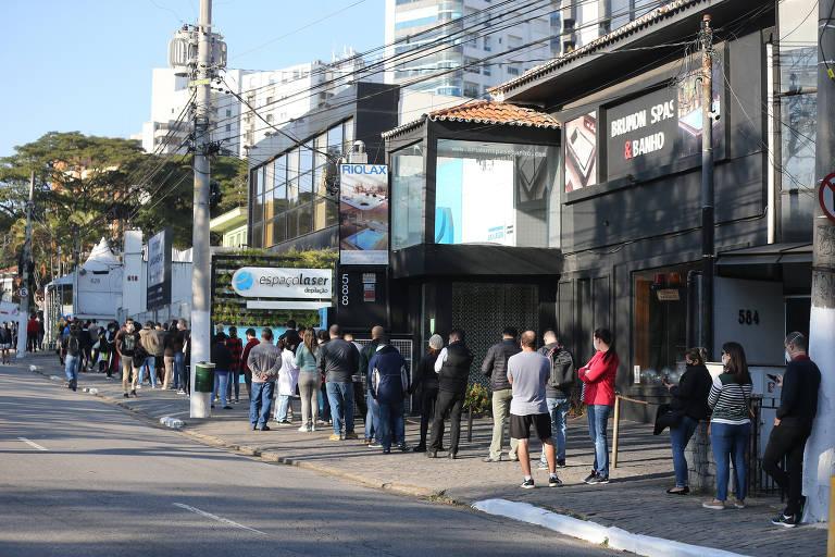 População com 37 anos forma fila para se vacinar contra o coronavírus na capital paulista