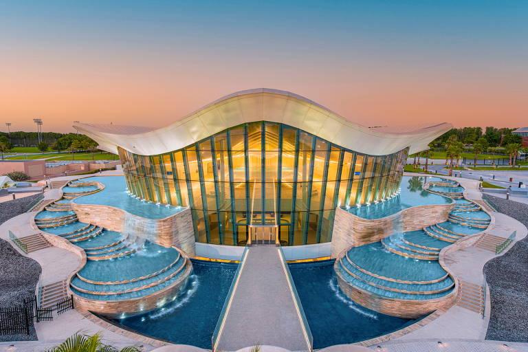 Uma visão do Deep Dive Dubai, a piscina mais profunda do mundo, em Dubai, Emirados Árabes Unidos