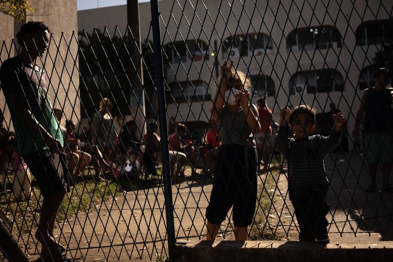 'Refugiados da pandemia' abrigados em escola de Itaguaí (RJ)