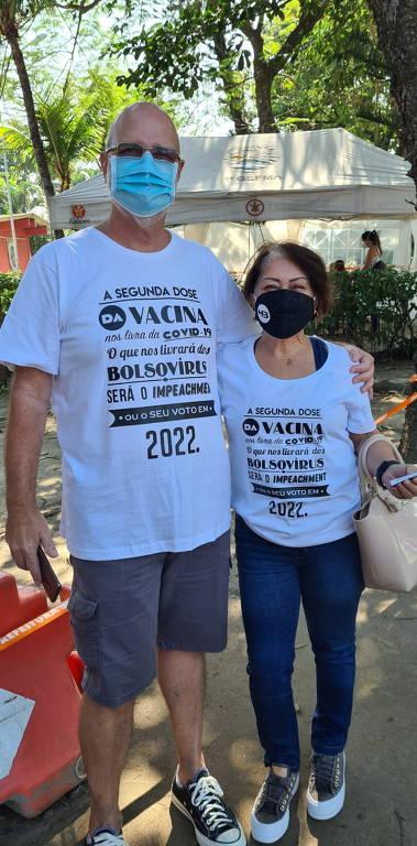 Casal é impedido de usar camisa de protesto durante vacinação no Rio