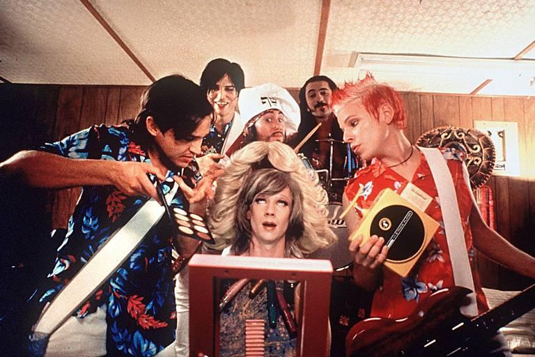 """O ator e diretor John Cameron Mitchell (centro) em cena do filme """"Hedwig - Rock, Amor e Traição"""""""