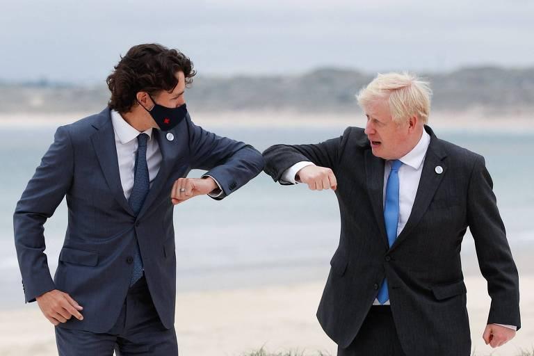 Os primeiros-ministros de Canadá e Reino Unido, Justin Trudeau (à esq.) e Boris Johnson, respectivamente, cumprimentam-se durante reunião da cúpula do G7