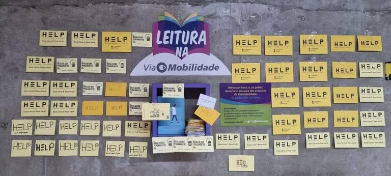 Cartinhas do Projeto Help em nicho de leitura de estação da linha 5-Lilás