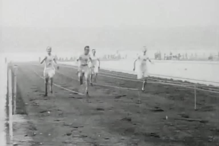 Competidores disputam a prova dos 100 m rasos nos Jogos de Londres-1908, no primeiro estádio construído especialmente para a Olimpíada, a quarta edição da era moderna