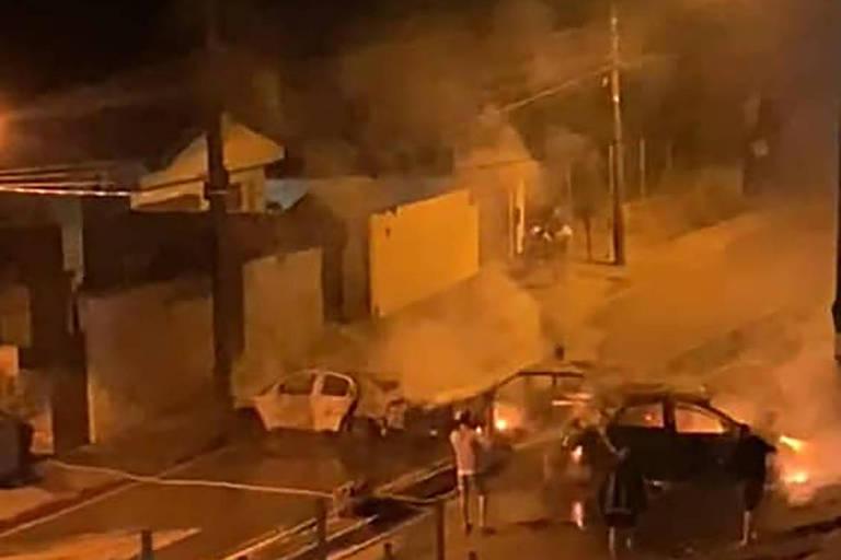 Quadrilha colocou fogo em carros para criar uma barreira contra a polícia