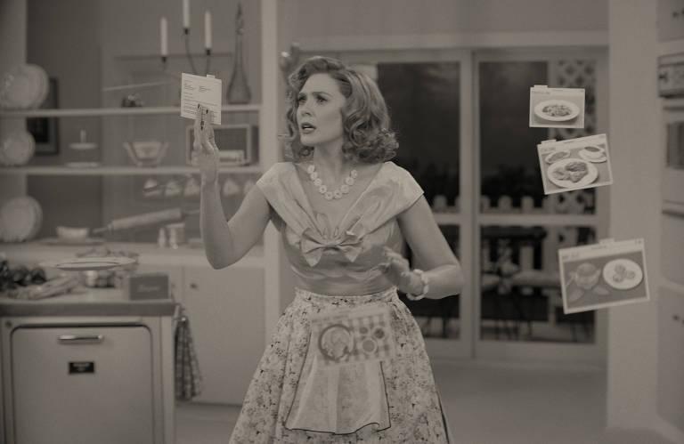 Mulher branca em cozinha em foto preto e branco