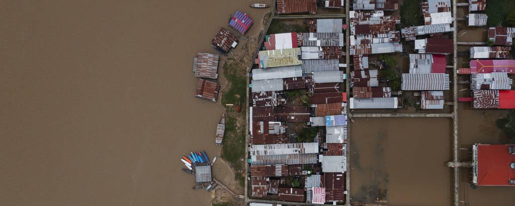 Vista aérea da cidade de Islândia, no Peru, localizada as margens do rio Javari na fronteira com o Brasil