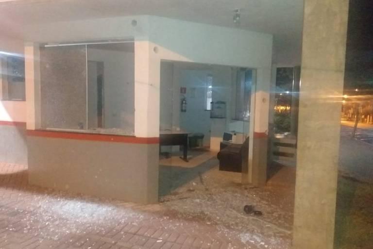 Base policial no centro de Ourinhos, no interior de SP, atingida por tiros. Há vidro pelo chão.