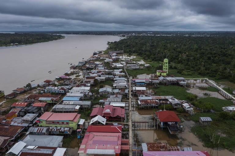 Vista aérea da cidade de Islândia, no Peru, localizada às margens do rio Javari ,na fronteira com o Brasil