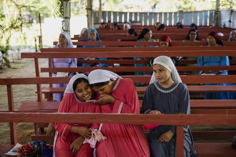 Meninas israelitas assistem a um culto na igreja Missão Israelita do Novo Pacto Universal durante retiro dos fieis na zona rural de Benjamin Constant, no Brasil