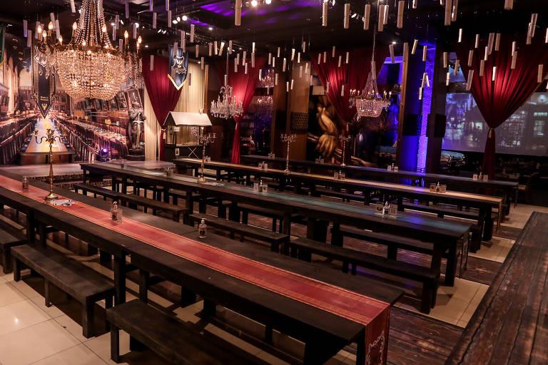 """No Magia & Bruxaria, há extensas mesas de madeira, que lembram as dos filmes de """"Harry Potter"""""""