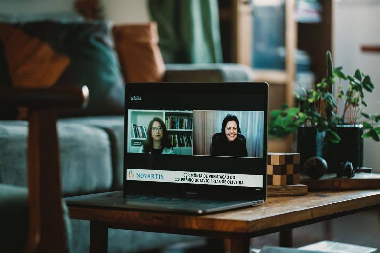 Transmissão da entrega do Prêmio Octavio Frias de Oliveira em 2020, com a jornalista Cláudia Collucci e a premiada Anamaria Aranha Camargo