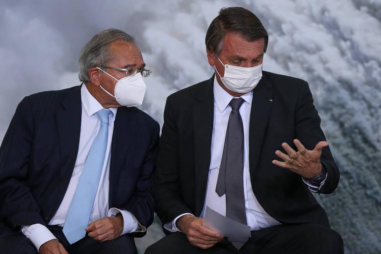 Paulo Guedes e o presidente Jair Bolsonaro durante cerimônia de sanção da MP que abriu caminho para privatização da Eletrobras