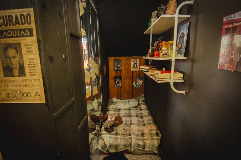 Na hamburgueria, embaixo de uma escada, há um quartinho apertado com um colchão surrado; quaisquer semelhanças com o lugar em que Potter dormia na casa de seus tios não são uma mera coincidência