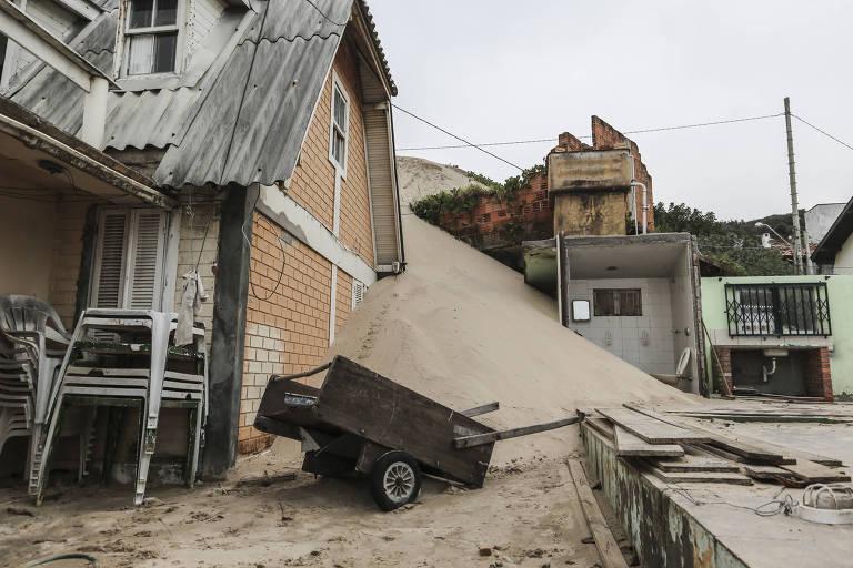 Casas ficam cobertas por dunas em Florianópolis