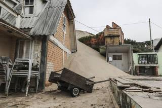 Florianópolis (SC), 11/07/2021 - Meio Ambiente / Dunas ?engolem? casas e preocupam moradores do bairro Ingleses em Florianópolis