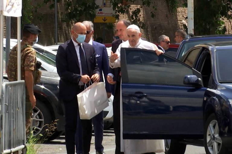 Papa Francisco recebe alta dez dias após cirurgia e volta ao Vaticano