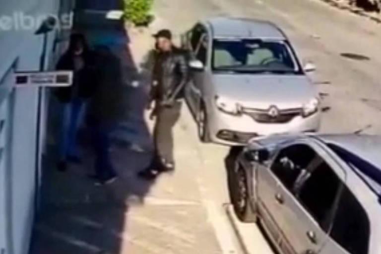 Polícia prende trio suspeito de roubar 17 armas e R$ 1 milhão em relógios de luxo em SP