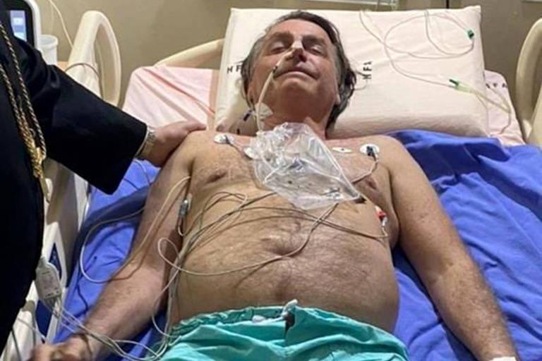 Foto divulgada por Bolsonaro em sua conta no Twitter o mostra internado no Hospital das Forças Armadas