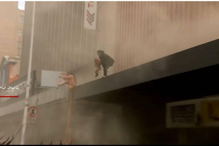 bbc Mãe joga bebê de prédio em chamas na África do Sul