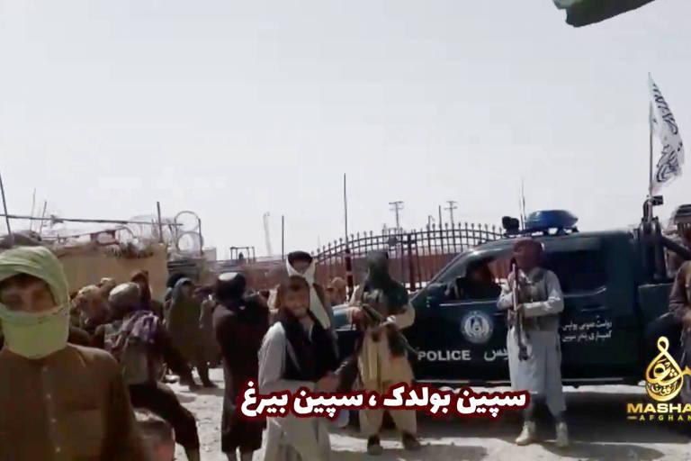 Reprodução de vídeo mostra fronteira entre Afeganistão e Paquistão, onde se vê bandeira do Emirado Islâmico (branca, com escritos do Alcorão em preto) instalada no Portão da Amizade, após tomada do Taleban