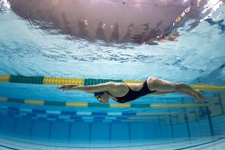 Nadadora submersa na piscina