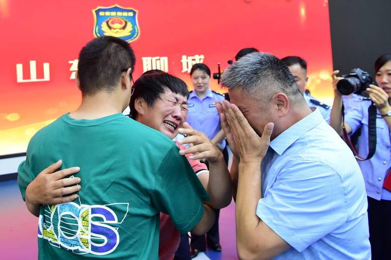 Guo Gangtang e sua mulher reencontram filho Guo Xinzhen, raptado há 24 anos, quando tinha 2 anos de idade