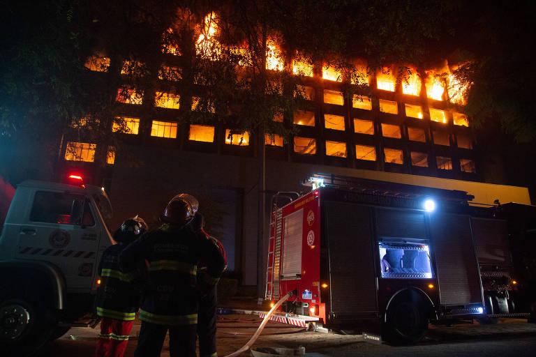 Incêndio seguido de desabamento destrói prédio da Secretaria de Segurança Pública no RS