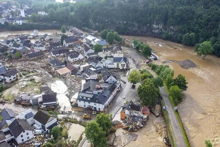 Vilarejo coberto de lama, com casas destruídas