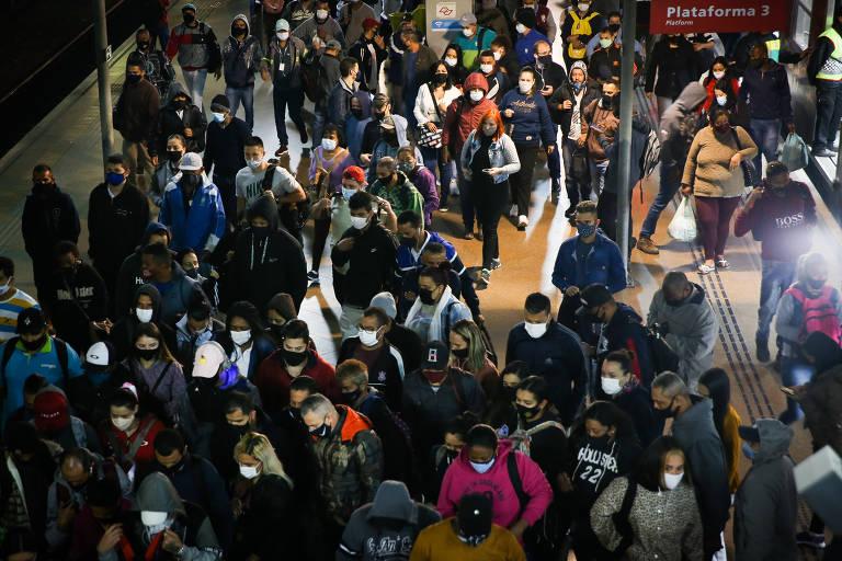 Pessoas aglomeram na estação da Luz, em São Paulo