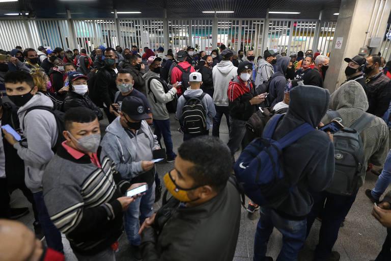 Passageiros protestam em terminal de ônibus e em estação devido à greve de ferroviários em SP
