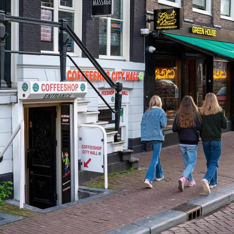 Pedestres passam por 'cafeterias' de maconha, no centro de Amsterdã