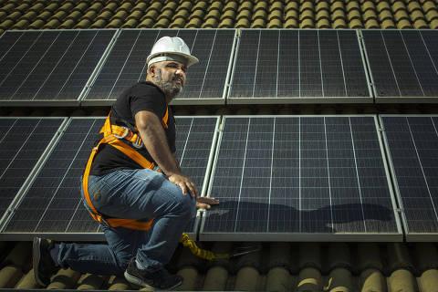 SÃO PAULO, SP, BRASIL, 09-07- 2021: MPME mensal - Energia - Retrato de Carlos Balbino, que adquiriu uma franquia home based da Energy Brasil em junho de 2020 e, no primeiro ano de atividade, faturou R$ 400 mil. Residências e pequenos negociantes são seus principais clientes. (Foto: Jardiel Carvalho/Folhapress -SUP. ESPECIAIS). ***EXCLUSIVO FOLHA ***