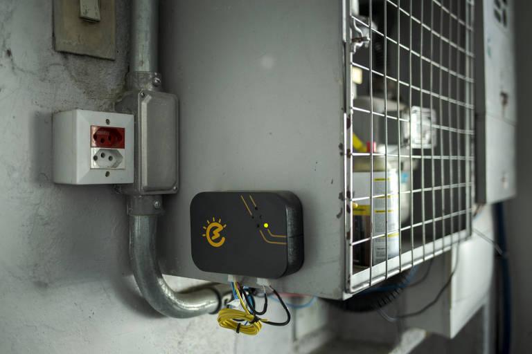 Equipamento da Energia das Coisas instalado no quadro de luz da  fábrica de pães de queijo Grano Dricah, em Osasco, na Grande SP