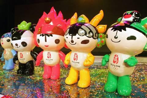 ORG XMIT: 145901_0.tif Na festa que anunciou a contagem regressiva de mil dias para a Olimpíada de Pequim-08, os mascotes dos Jogos foram apresentados. Eles são Beibei, um peixe, Jingjing, um panda, Huanhuan, a chama olímpica, Yingying, um antílope, e Nini, uma andorinha.  The Olympic mascots pose on stage during a ceremony to mark its launch and the start of the 1,000-day countdown to the 2008 Olympic Games in Beijing November 11, 2005. Beijing chose five stylised doll mascots for the 2008 Olympic games on Friday representing a panda, a Tibetan antelope, a swallow, a fish and the spirit of the Olympic flame. From left to right: Beibei (the fish), Jingjing (the panda), Huanhuan (spirit of the the Olympic flame), Yingying (the Tibetan antelope) and Nini (the swallow). REUTERS/Claro Cortes IV