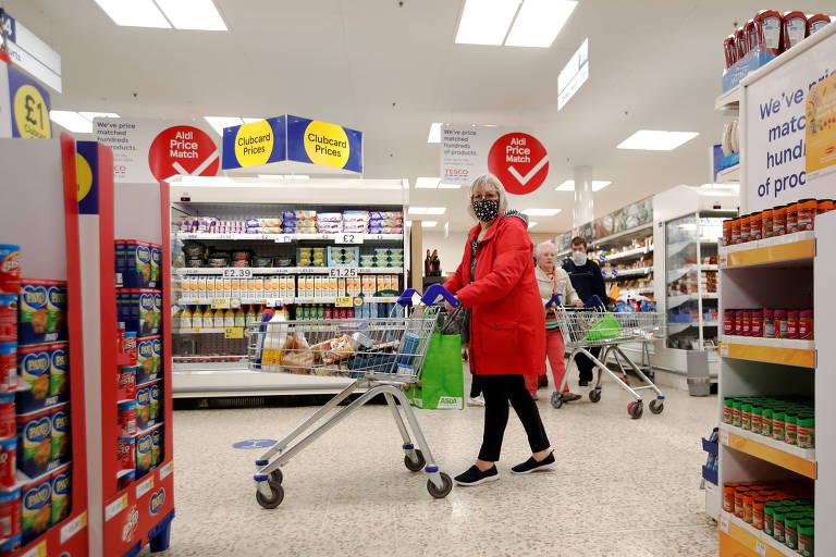 Supermercados britânicos pedirão a clientes que continuem usando máscaras